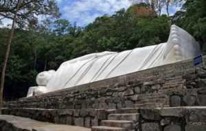 Гора Таку во Вьетнаме. Лежащий Будда