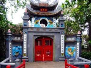 Одежда для туристов в храме Ngoc Son