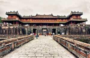 Цитадель в Хюэ очень популярна среди туристов