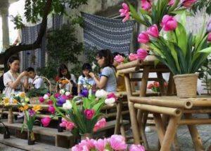 В Хюэ девушка обучает инвалидов ремеслу бумажных цветов