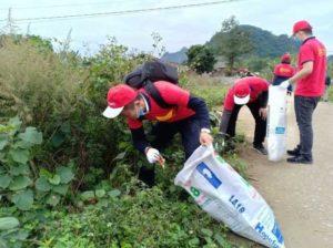 Сотрудники Vietnam Travel Group убирают мусор в долине Bac Son