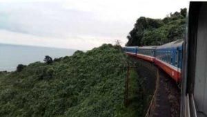 Поезд переезжает перевал Hai Van на пути между Данангом и Хюэ