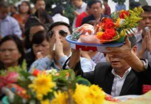 вьетнамцы молятся за год удачи и счастья в храме Ngoc Son