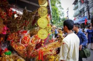 Продажа бумаги, цветов, благовоний, цветов и фруктов в храме Tay Ho в Ханое