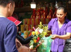 вьетнамцы покупают цветы и благовония