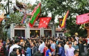 паломники стекаются в храм Tay Ho