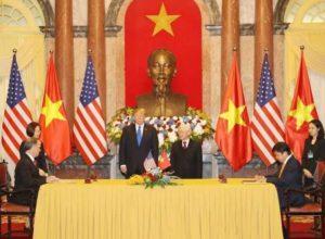Nguyen Thanh Hung из Vietjet Air и Allen Paxson из CFM International подписывают соглашение на поддержку двигателей