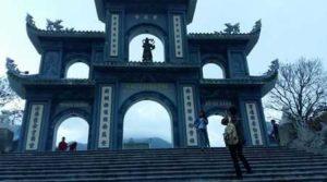 Туристы у пагоды Linh Ung. Популярное место в горах Son Tra рядом с Данангом