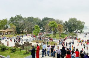 В комплексе пагод Tam Chuc скопилось более 50 тысяч паломников